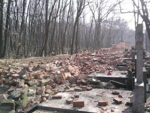 Runął mur na Powązkach. Groby zniszczone