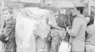 Deszczowa Warszawa latem 1968 r. (Narodowe Archiwum Cyfrowe)